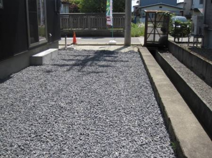 6号砕石砂利<br /> 雑草対策や防犯対策として効果があります。砂利がくずれないように砂利下に防草シートを敷く事がおすすめです。