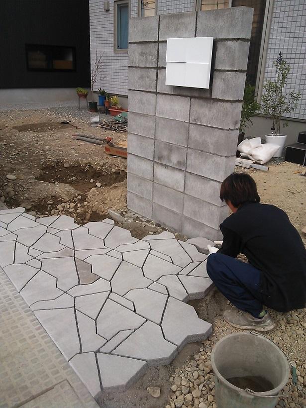 プラーガストーン  コンクリート製の敷設材で、自然石風の模様が特徴