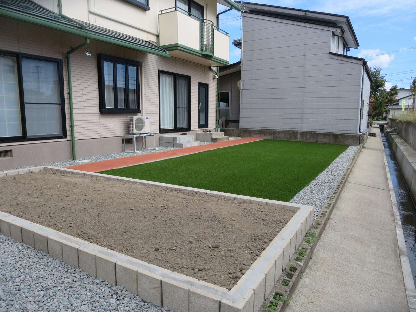 秋田市S様邸 外構工事 人工芝・花壇設置・階段追加・砕石敷き